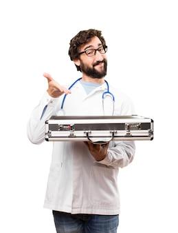 Jonge dokter man met een pak geval
