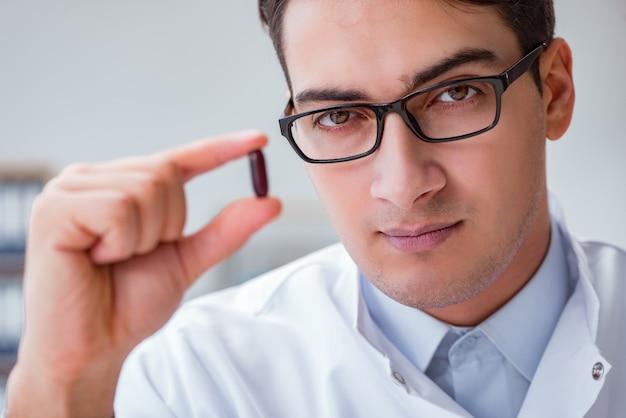 Jonge dokter met de pil