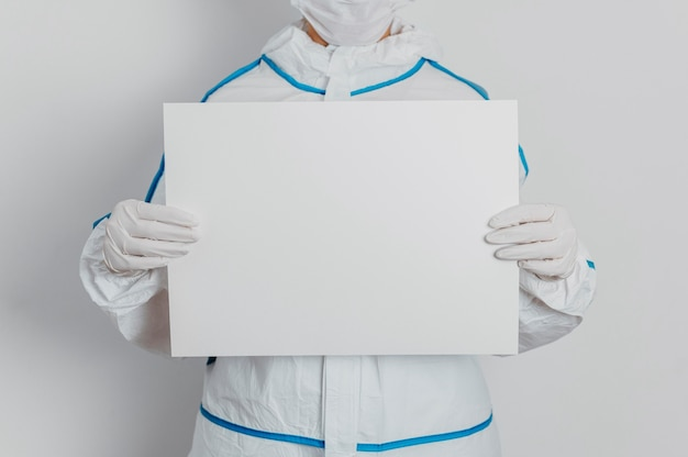 Jonge dokter met een leeg bordje