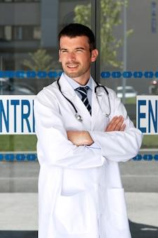 Jonge dokter voor ziekenhuisingang