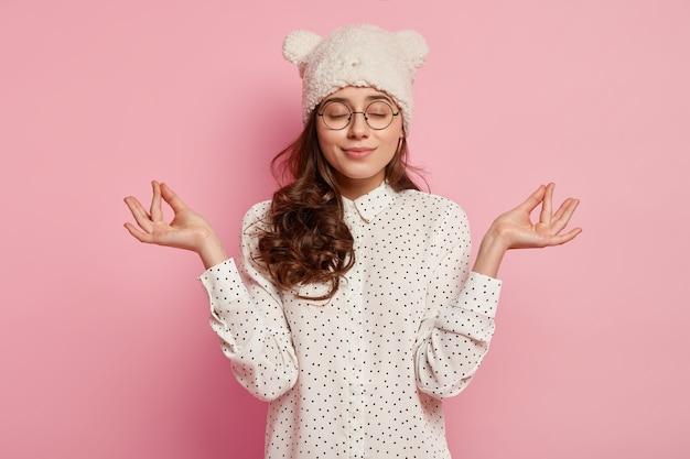 Jonge donkerbruine vrouw die grappige hoed draagt