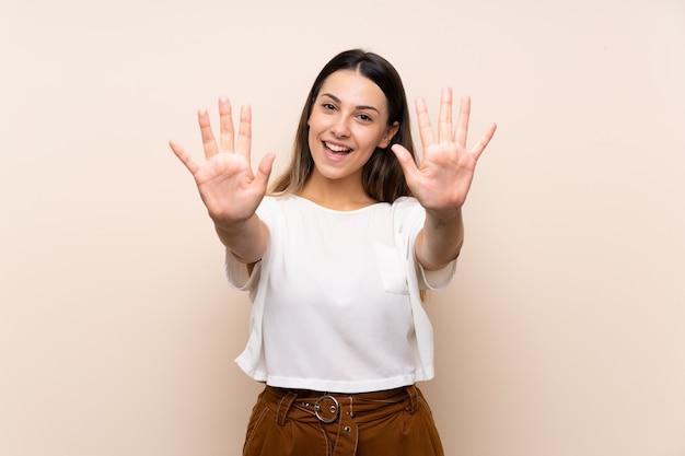 Jonge donkerbruine vrouw die tien met vingers telt