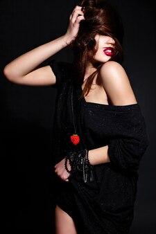 Jonge donkerbruine vrouw in zwarte kleding