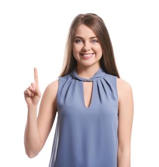 Jonge doofstomme vrouw die gebarentaal op witte achtergrond gebruikt
