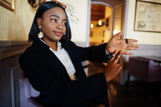 Jonge dove vrouw die gebarentaal gebruikt