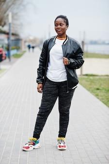 Jonge duizendjarige afro-amerikaanse meisje in de stad. gelukkig zwarte vrouw. generatie z-concept.