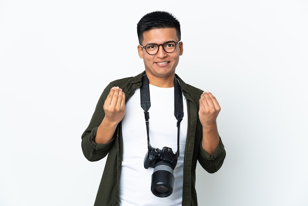 Jonge ecuadoraanse fotograaf die op witte achtergrond wordt geïsoleerd die geldgebaar maakt