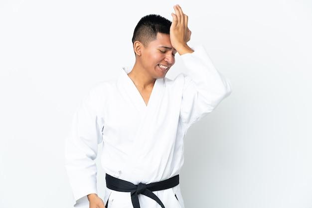 Jonge ecuadoraanse man die karate doet geïsoleerd op een witte achtergrond heeft iets gerealiseerd en is van plan de oplossing