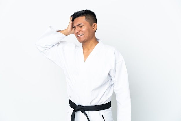 Jonge ecuadoraanse man doet karate geïsoleerd op een witte achtergrond die veel lacht