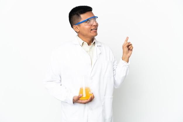 Jonge ecuadoraanse wetenschappelijke man die de oplossing wil realiseren terwijl hij een vinger opsteekt