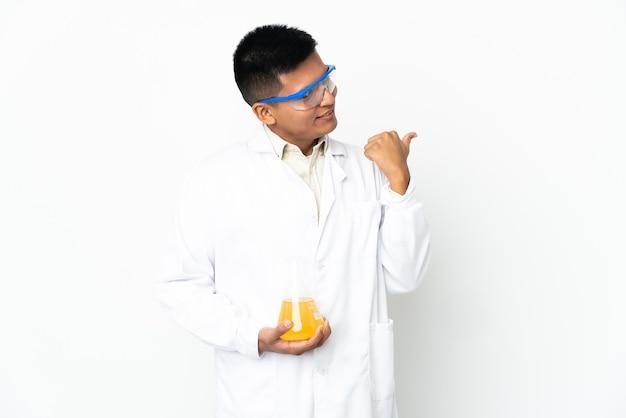Jonge ecuadoraanse wetenschappelijke man die naar de zijkant wijst om een product te presenteren