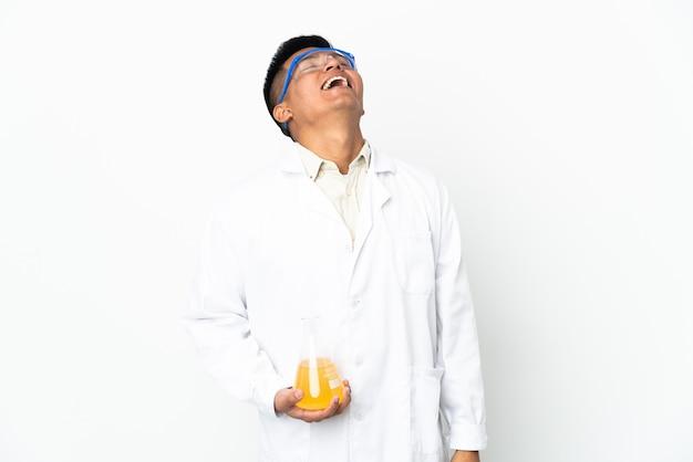 Jonge ecuadoraanse wetenschappelijke man lacht
