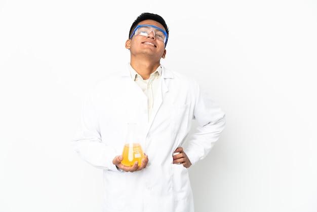 Jonge ecuadoraanse wetenschappelijke man poseren met armen op heup en glimlachend