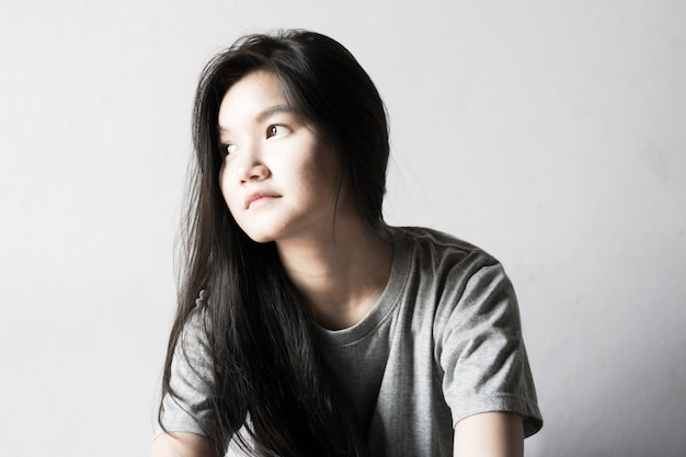 Jonge eenzame vrouw op witte kamer