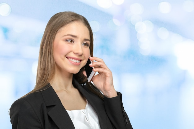 Jonge elegante vrouw praten op mobiele telefoon