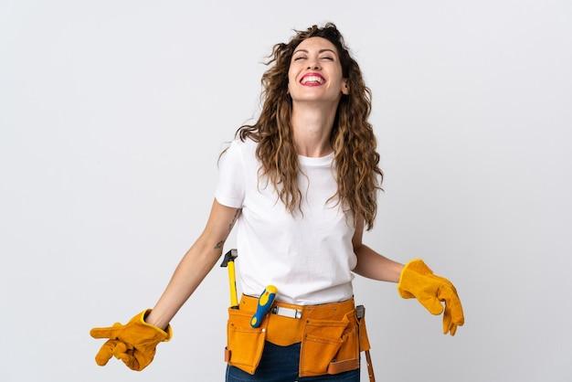 Jonge elektricien man geïsoleerd op wit lachen