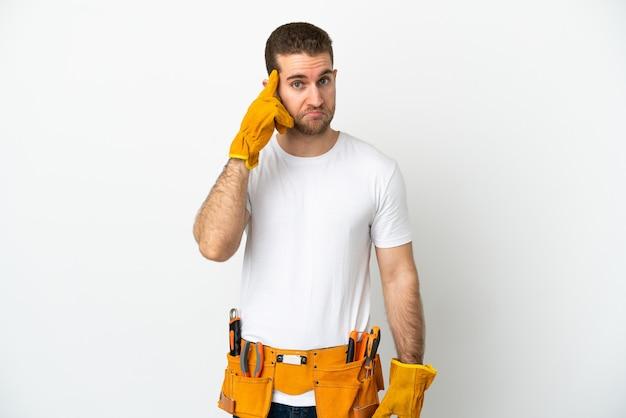Jonge elektricien man isoleerde witte muur denken een idee