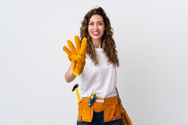 Jonge elektricienmens die op wit wordt geïsoleerd gelukkig en vier met vingers telt