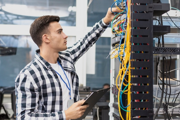 Jonge elektrotechnicus en kabels
