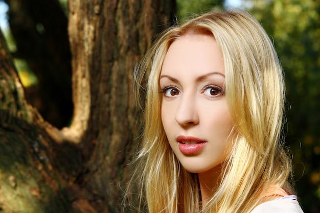 Jonge en aantrekkelijke dame in park
