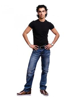 Jonge en aantrekkelijke latino man