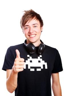 Jonge en aantrekkelijke man houdt van muziek