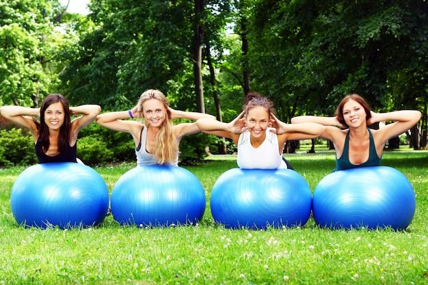 Jonge en aantrekkelijke meisjes die fitnessoefeningen doen