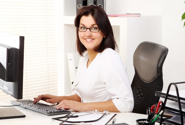 Jonge en aantrekkelijke vrouw arts