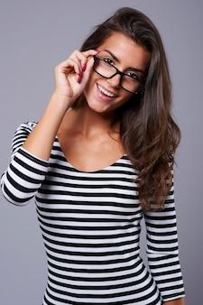 Jonge en aantrekkelijke vrouw die camera bekijkt