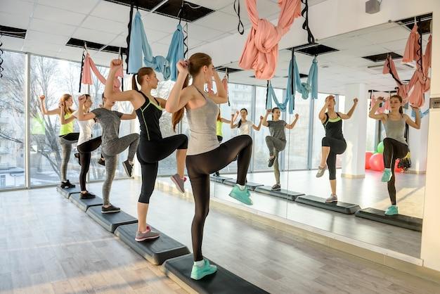 Jonge en actieve meisjes trainen in de sportschool
