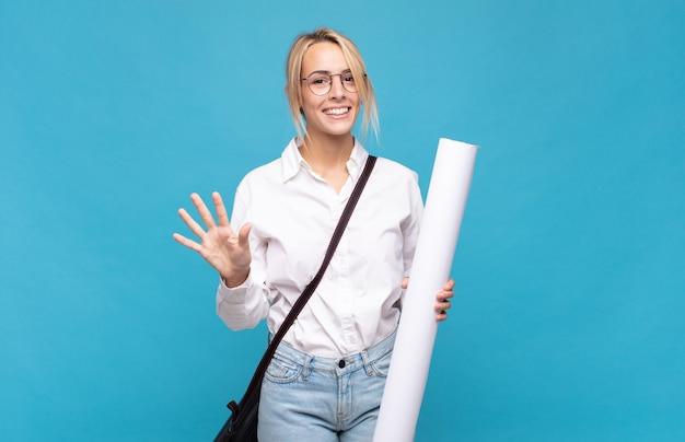 Jonge en architectenvrouw die vriendelijk glimlacht kijkt, nummer vijf of vijfde met vooruit hand toont, aftellend