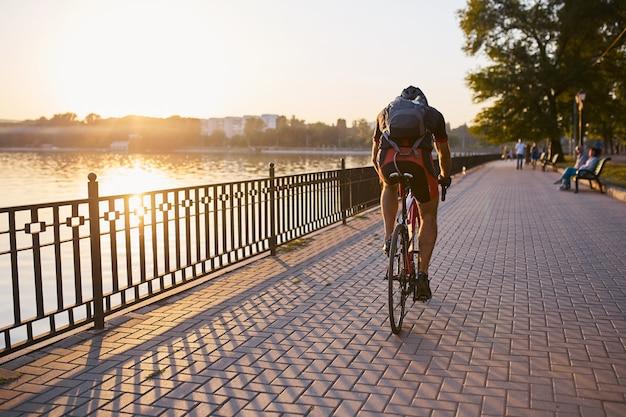 Jonge en energieke fietser in het park