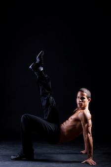 Jonge en gespierde spaanse danser