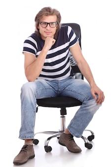Jonge en knappe man zittend op de stoel