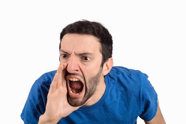 Jonge en mens die schreeuwt gilt