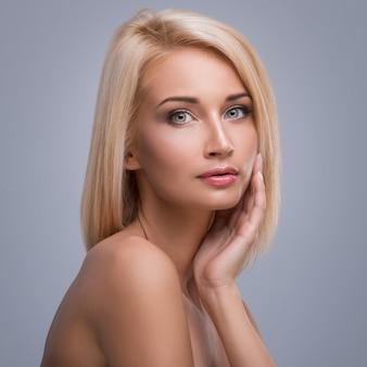 Jonge en mooie blonde vrouw