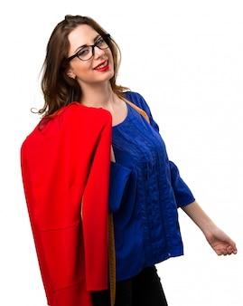 Jonge en mooie naaister met meetlint en een rode jurk