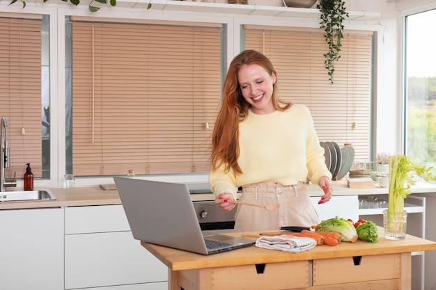 Jonge en mooie vrouw die online vergadert
