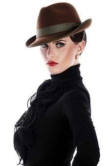 Jonge en mooie vrouw in hoed