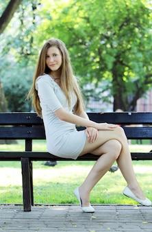 Jonge en mooie vrouw in park