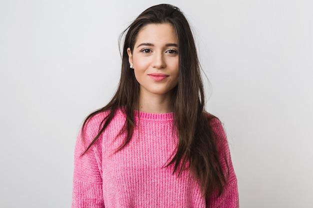Jonge en mooie vrouw in roze warme trui, natuurlijke uitstraling, glimlachen, portret op, geïsoleerd, lang haar
