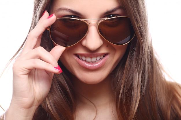 Jonge en mooie vrouw in zonnebril