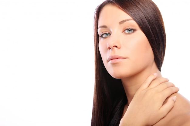 Jonge en mooie vrouw met lang haar