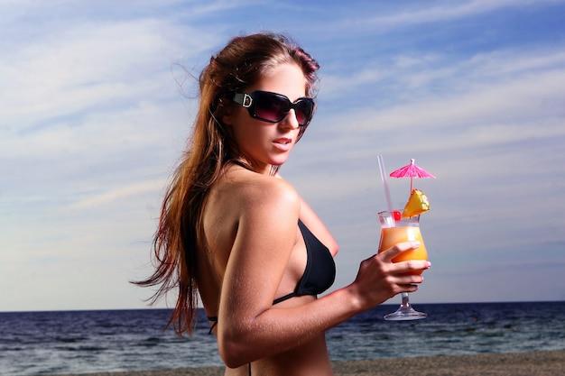 Jonge en mooie vrouw op het strand