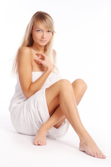 Jonge en mooie vrouw op wit