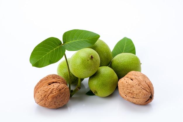 Jonge en oude walnoten met bladeren