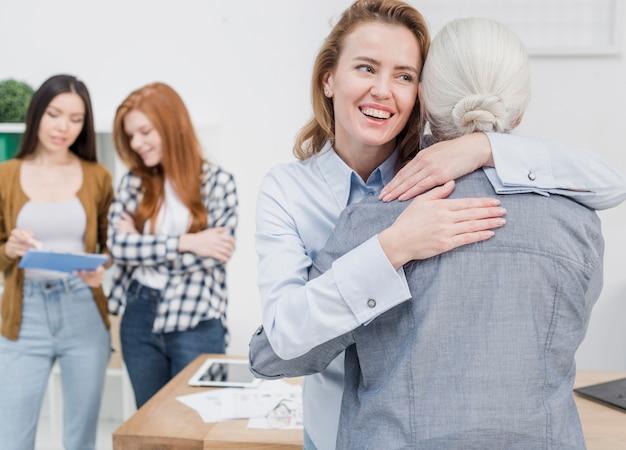 Jonge en senior vrouw knuffelen elkaar