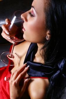 Jonge en sexy vrouw met wijn
