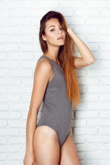 Jonge en sexy vrouwen die zich in erotische zwemkleding