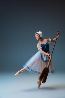 Jonge en sierlijke vrouwelijke balletdanser als sprookjesfiguur van assepoester